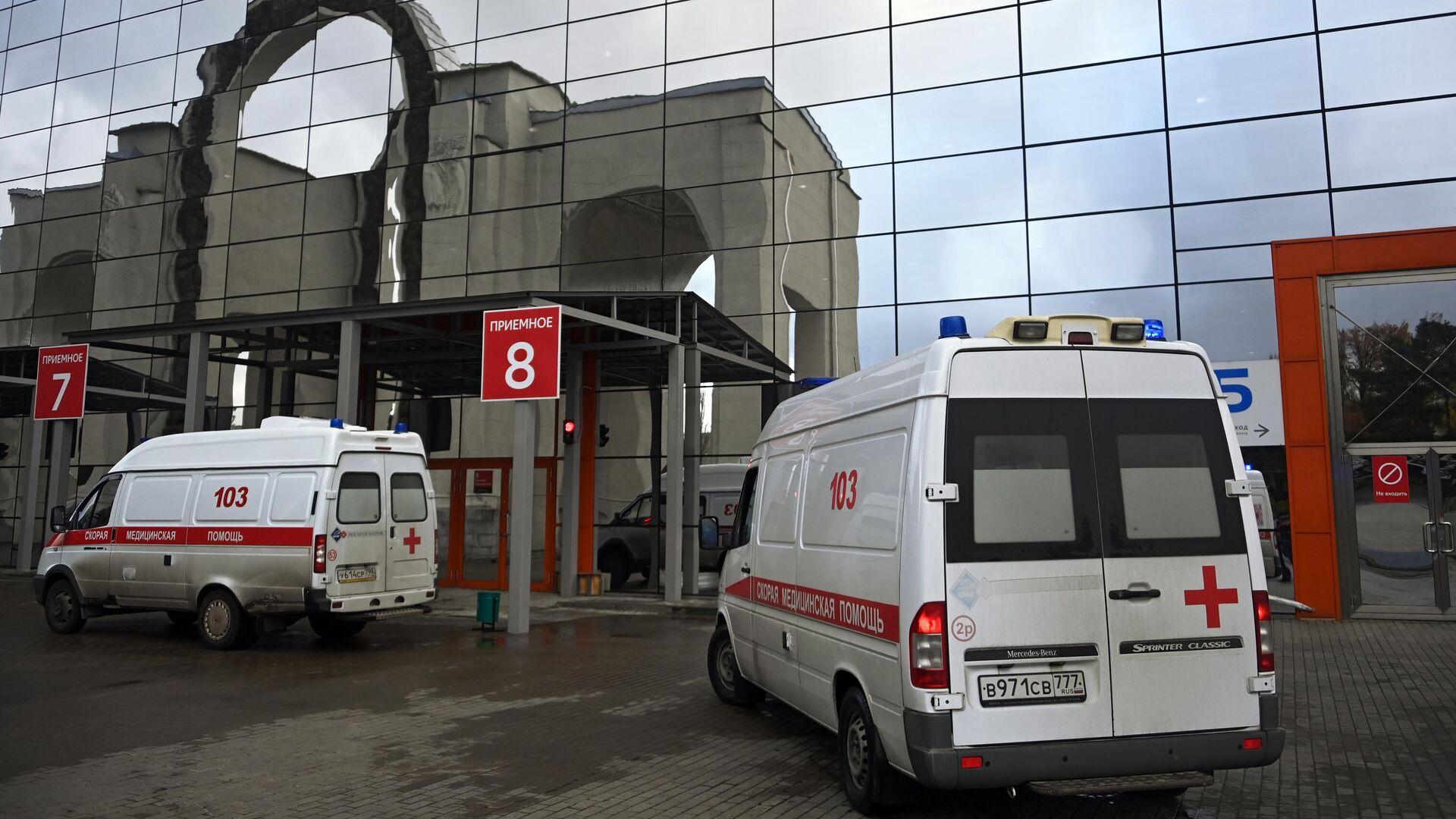 Машины скорой помощи возле временного госпиталя COVID-19 на ВДНХ в Москве - РИА Новости, 1920, 07.11.2020