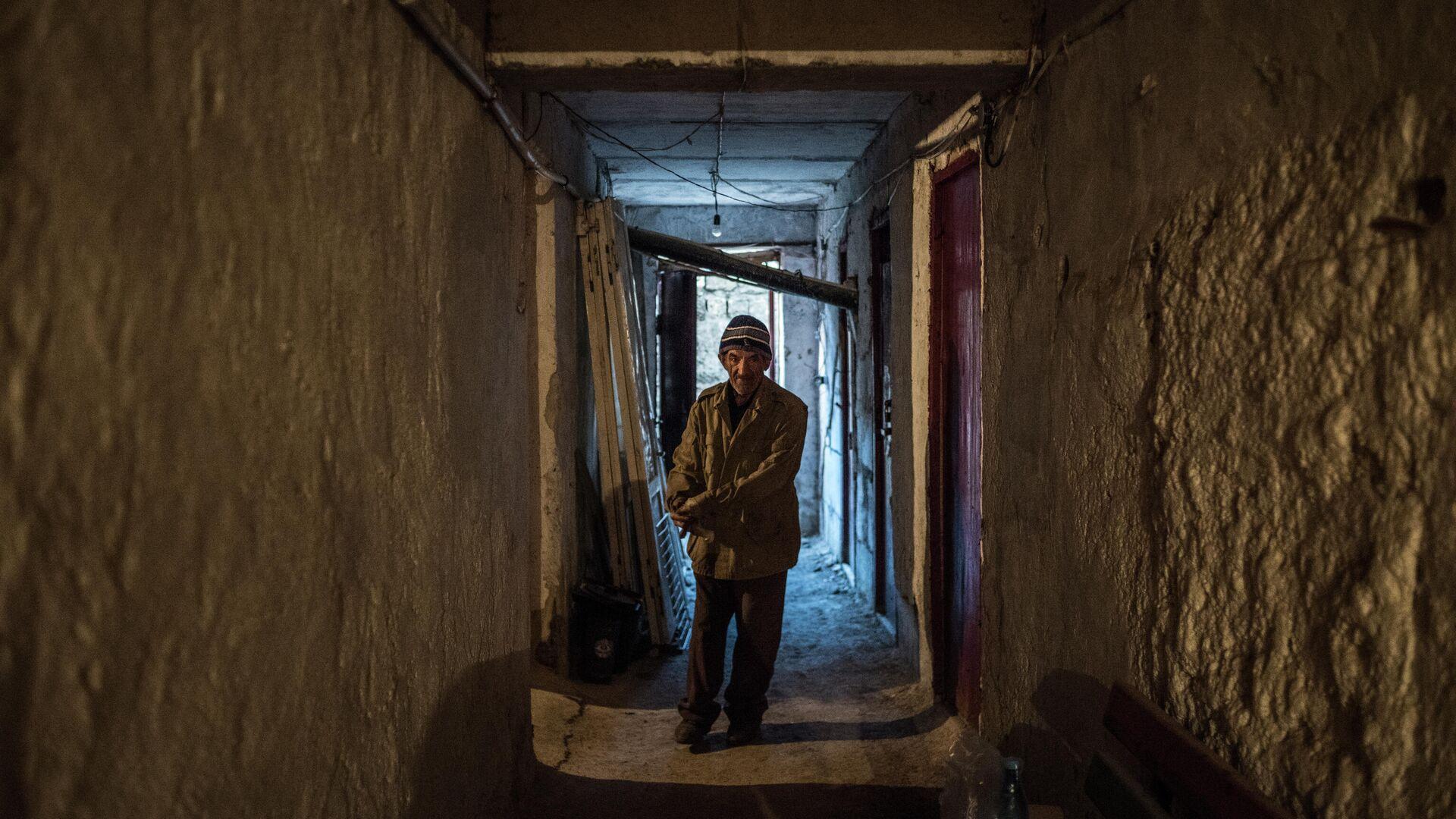 Пожилой мужчина в коридоре своего дома в Степанакерте - РИА Новости, 1920, 31.10.2020