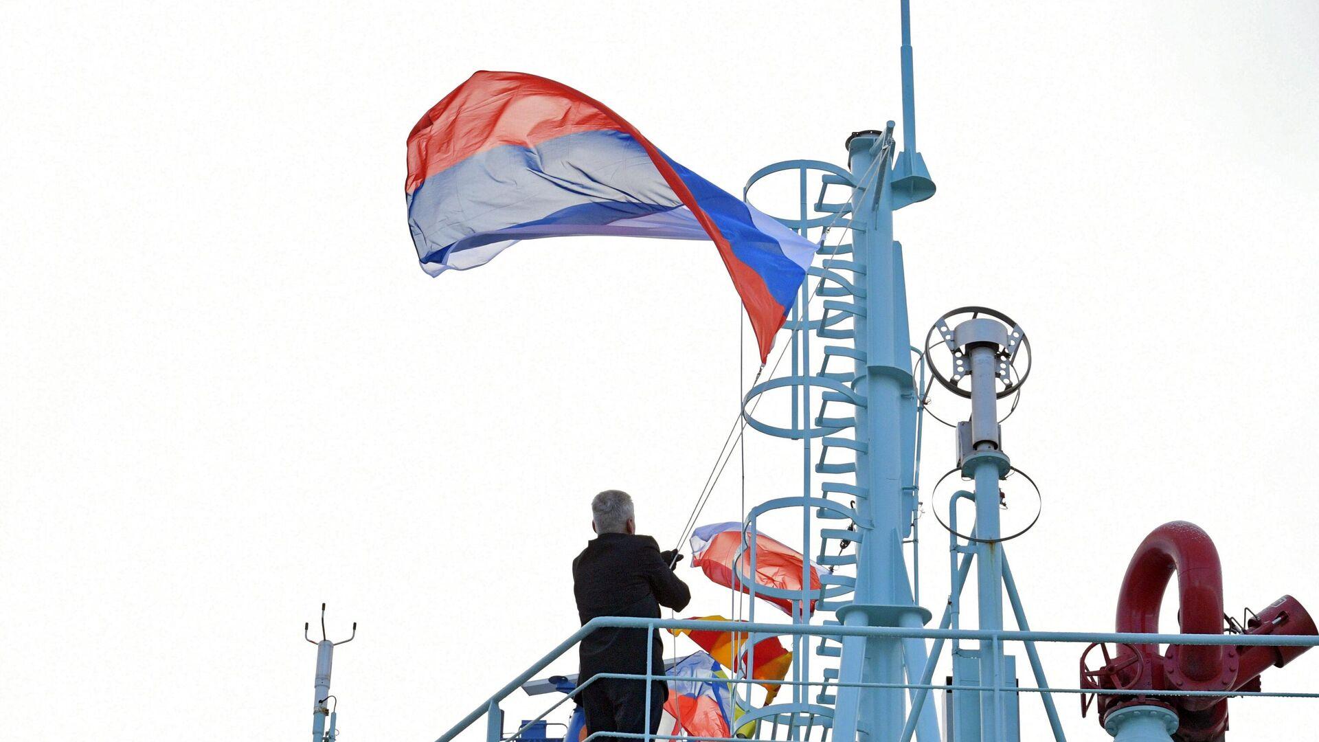 Подъем государственного флага РФ во время торжественной церемонии приёмки головного универсального атомного ледокола Арктика - РИА Новости, 1920, 05.07.2021