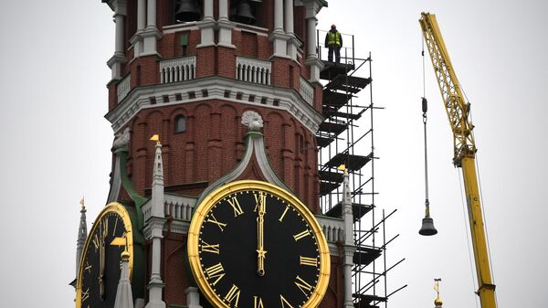 Подъем колокола для установки в звонницу Спасской башни Кремля