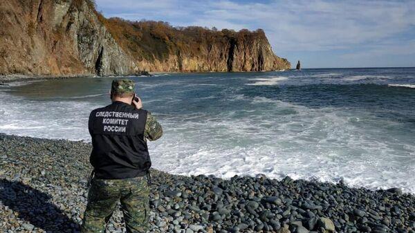 Сотрудник СК РФ на побережье Авачинского залива на Камчатке