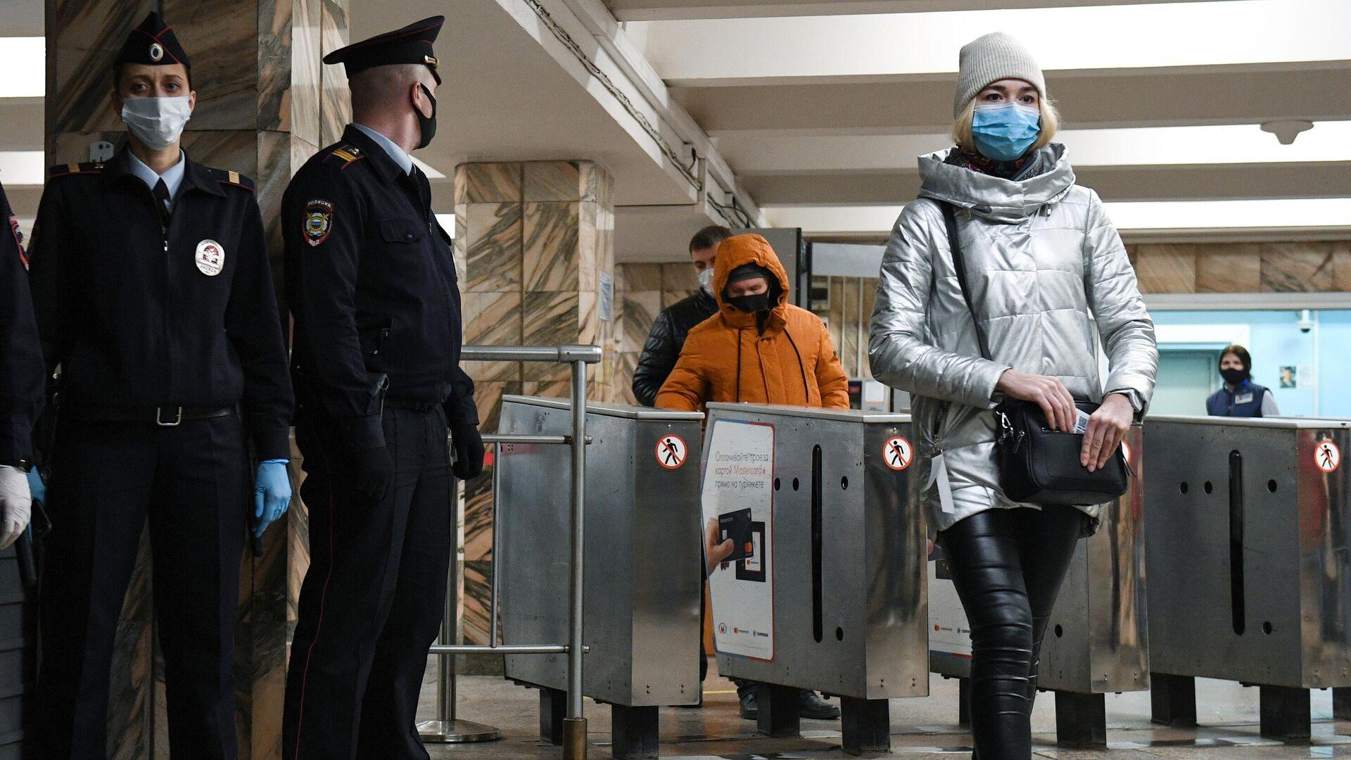 Сотрудники полиции проверяют соблюдение ношения масок на станции Студенческая Новосибирского метрополитена - РИА Новости, 1920, 27.12.2020