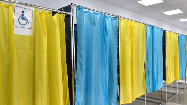 Проверка готовности одного из избирательных участков в Киеве к проведению региональных выборов