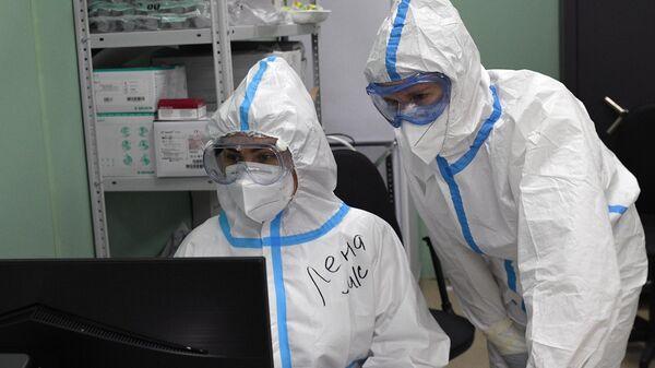 Медицинские работники во временном госпитале COVID-19 на ВДНХ в Москве