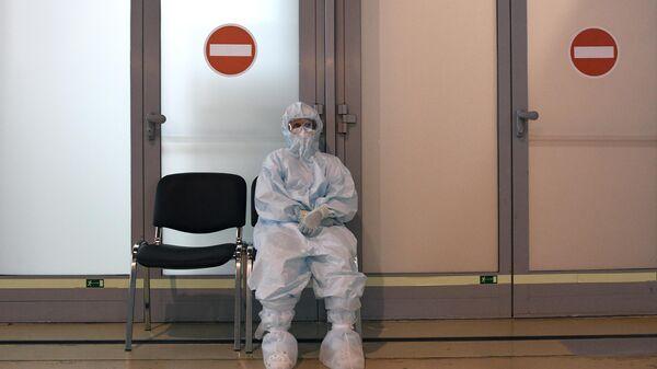 Медицинский работник во временном госпитале COVID-19