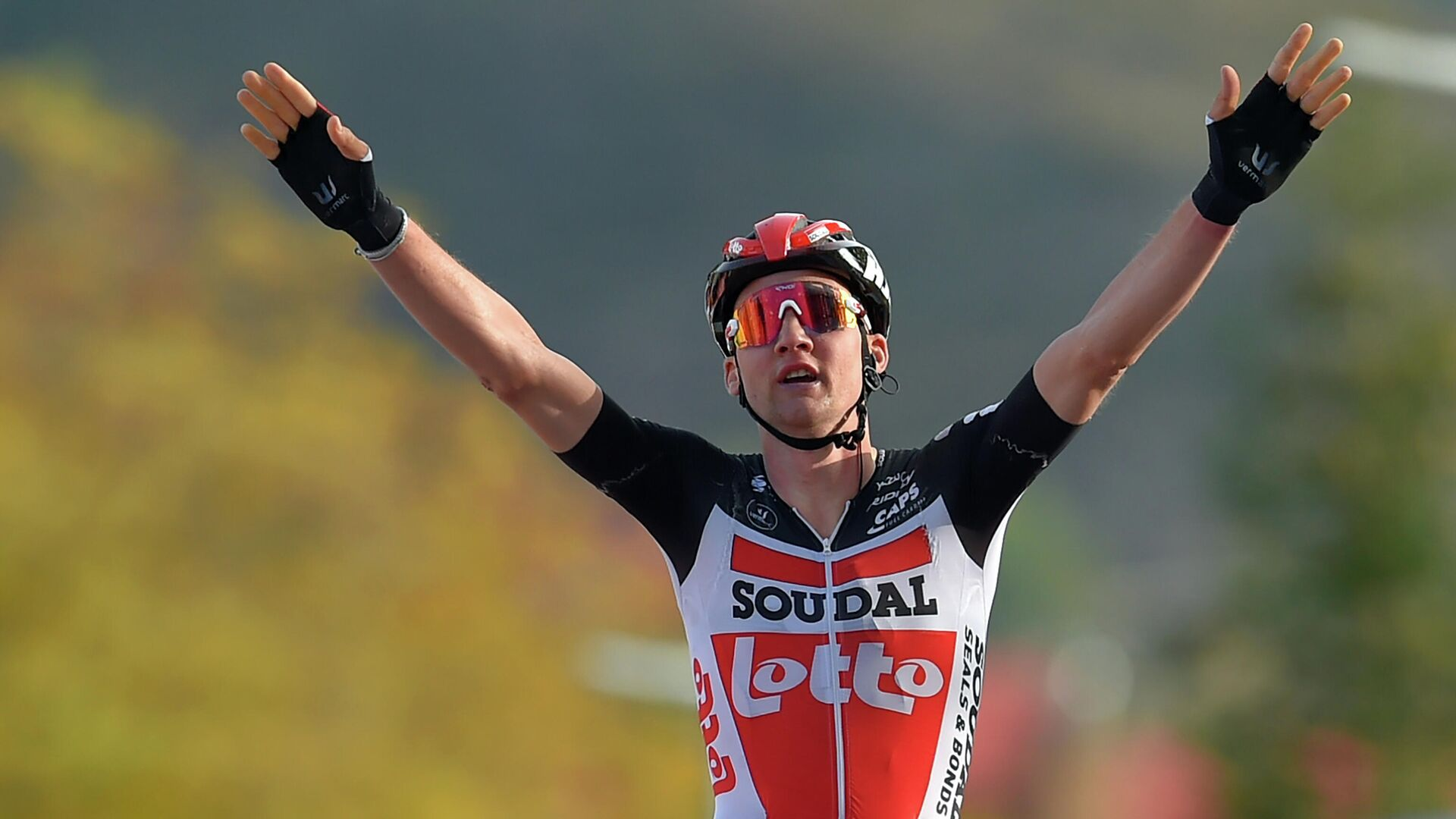 Team Lotto rider Belgium's Tim Wellens celebrates as he crosses the finish-line of the 5th stage of the 2020 La Vuelta cycling tour of Spain, a 184,4-km race from Huesca to Sabinanigo, on October 24, 2020. (Photo by ANDER GILLENEA / AFP) - РИА Новости, 1920, 24.10.2020