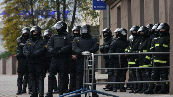 Сотрудники правоохранительных органов Белоруссии перед началом акции оппозиции в Минске