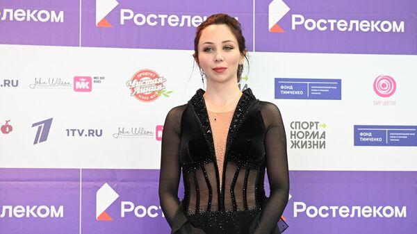 Елизавета Туктамышева, завоевавшая бронзовую медаль в произвольной программе женского одиночного катания на III этапе Кубка России - Ростелеком 2020-2021 гг. по фигурному катанию в Сочи, на церемонии награждения.
