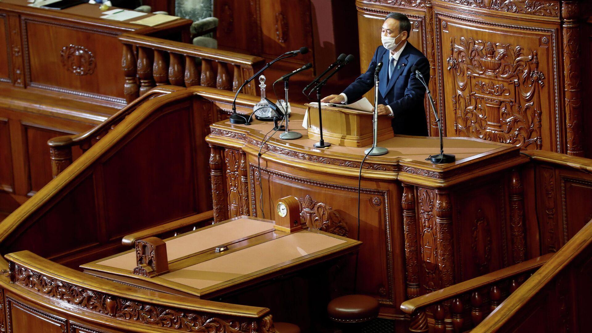 Премьер-министр Японии Есихидэ Суга произносит свою первую речь в парламенте на открытии внеочередной сессии в Токио, Япония - РИА Новости, 1920, 26.10.2020
