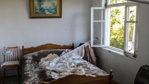 Дом, поврежденный в результате обстрела города Аскеран
