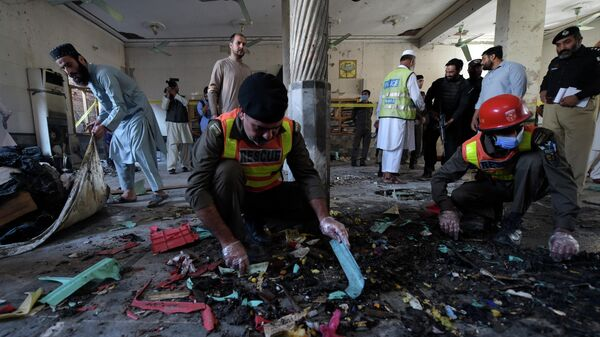 Правоохранительные органы осматривают место взрыва в семинарии в Пешаваре, Пакистан