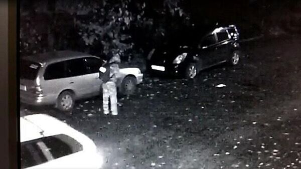 Мужчина, подозреваемый в нападении на двух девушек, на записи с камер наблюдения