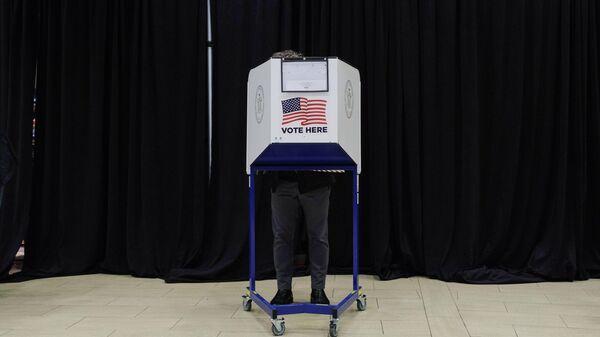 Избиратель во время досрочного голосования на выборах президента США в спортивном комплексе Мэдисон-сквер-гарден в Нью-Йорке