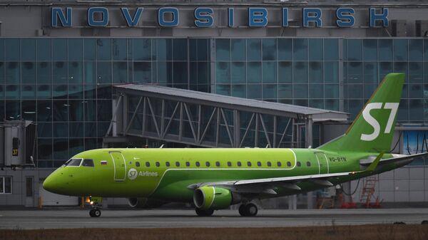 Самолет Embarer-170 авиакомпании S7 Airlines в международном аэропорту Толмачево в Новосибирске