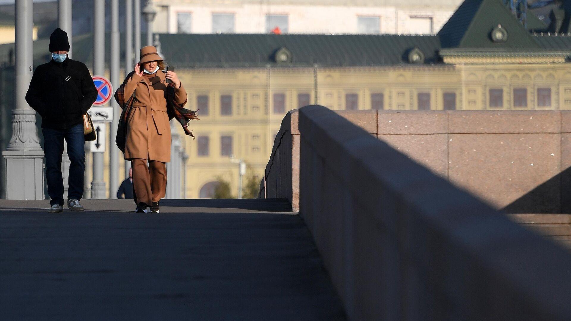 Люди в защитной маске на улице в Москве - РИА Новости, 1920, 28.10.2020