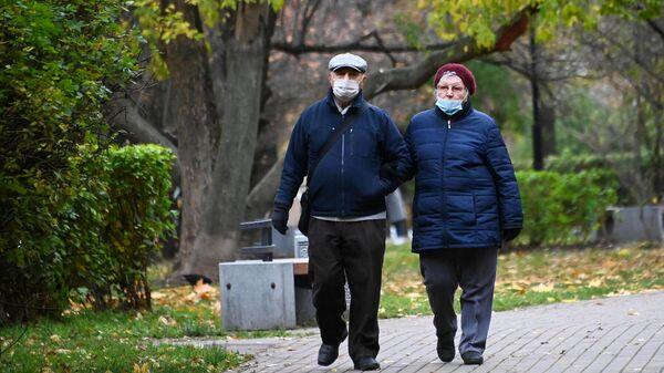 Прохожие в защитных масках на улице Гарибальди в Москве