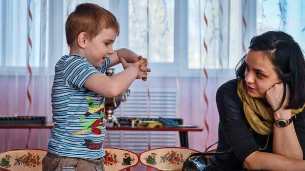 Женщина общается с воспитанником детского дома