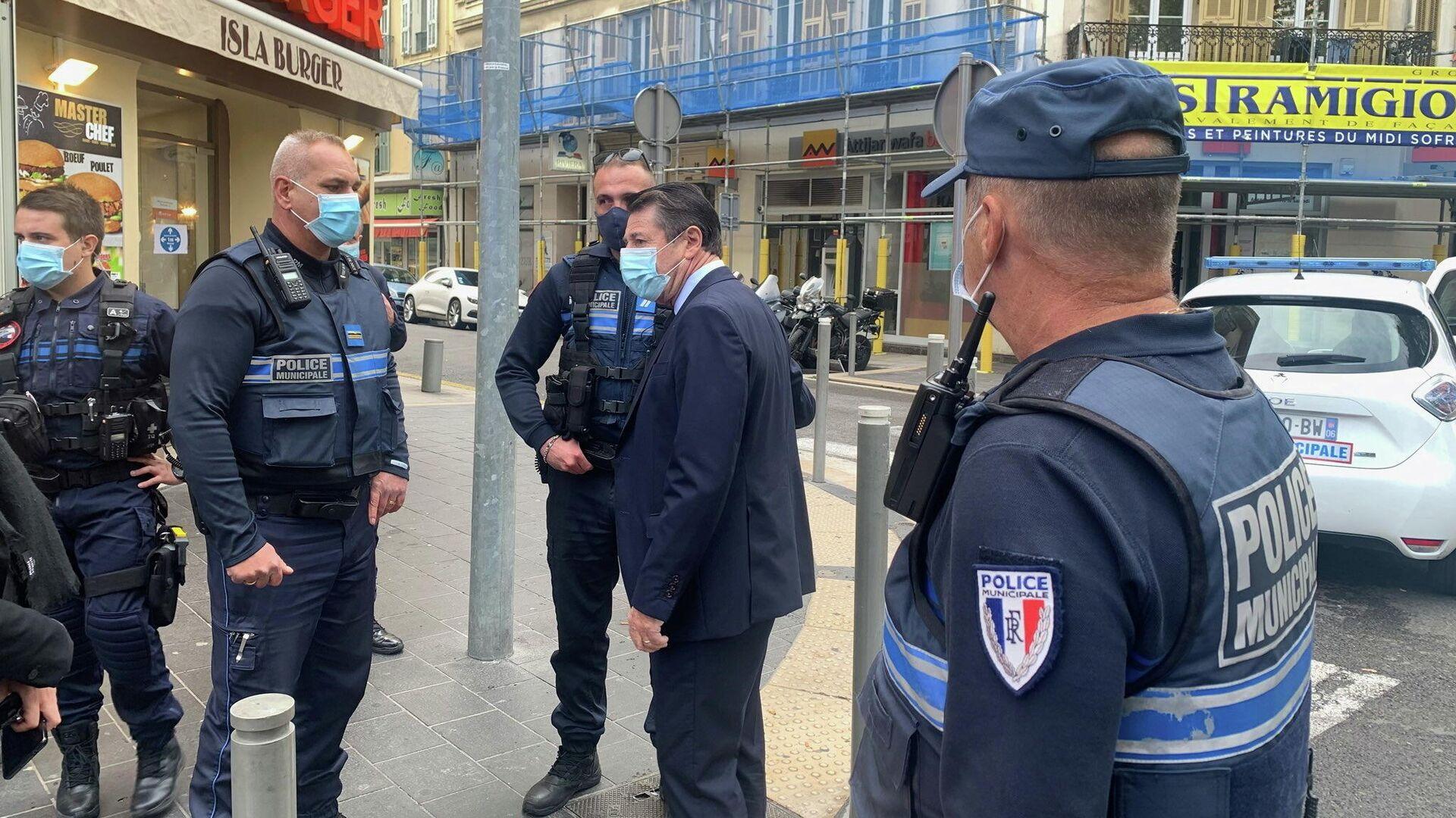 Мэр Ниццы Кристиан Эстрози разговаривает с полицейскими на месте нападания у церкви Нотр-Дам - РИА Новости, 1920, 30.10.2020