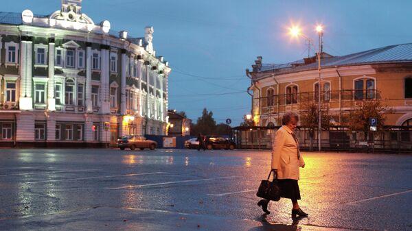 Женщина идет по улице Каменный мост в Вологде