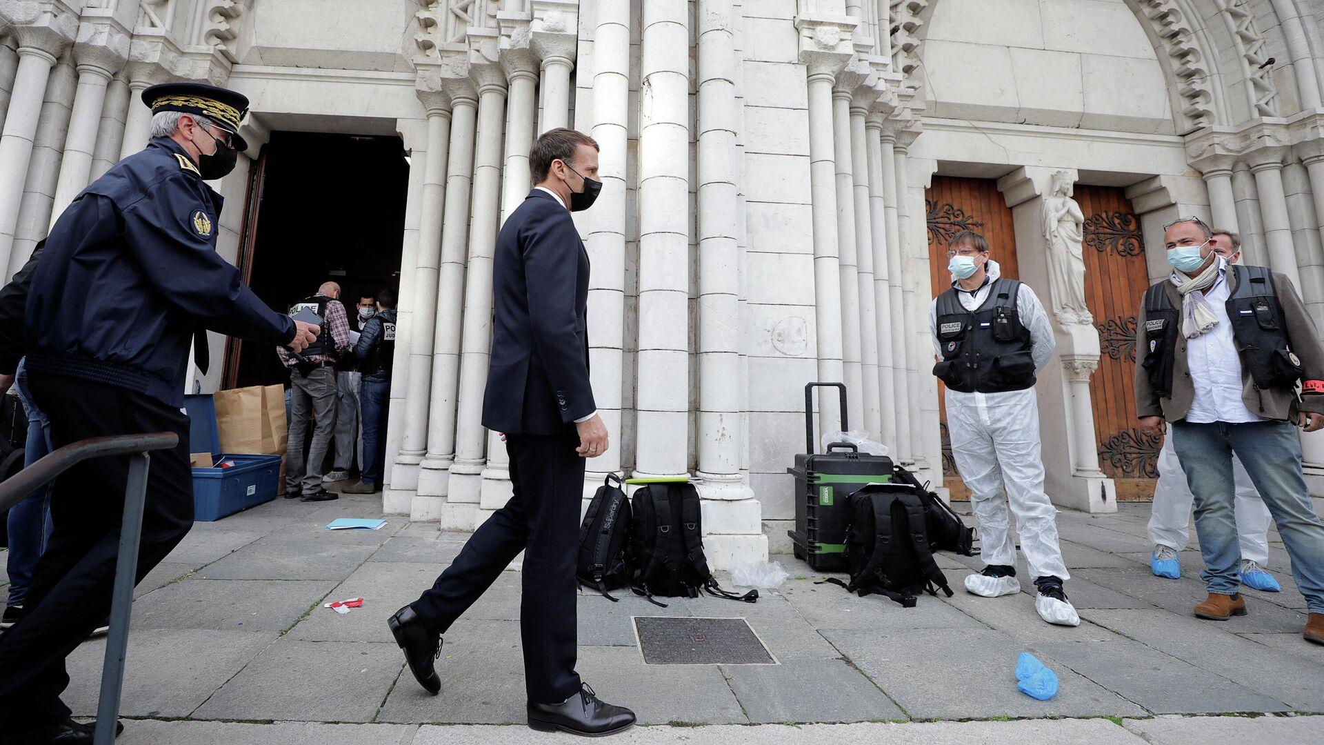 Президент Франции Эммануэль Макрон в Ницце, где произошло вооруженное нападение у церкви - РИА Новости, 1920, 29.10.2020