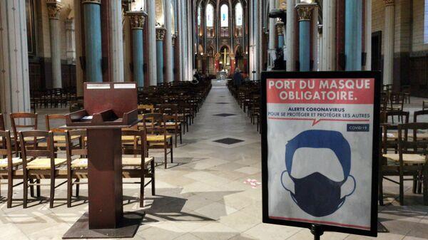 Плакат, напоминающий о ношении масок в церкви Сен-Жермен в Париже