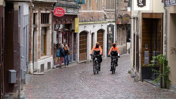 Люди в масках на улице Брюсселя