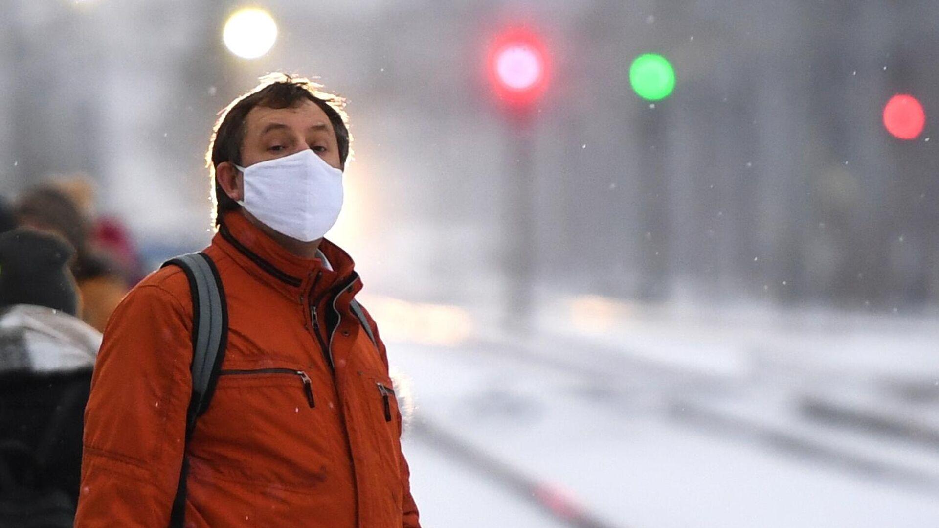 Мужчина в медицинской маске на железнодорожной станции Сеятель в Новосибирске - РИА Новости, 1920, 02.11.2020