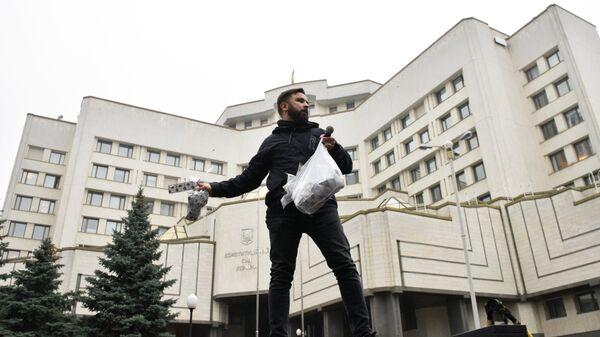 Участник акции протеста у здания Конституционного суда в Киеве