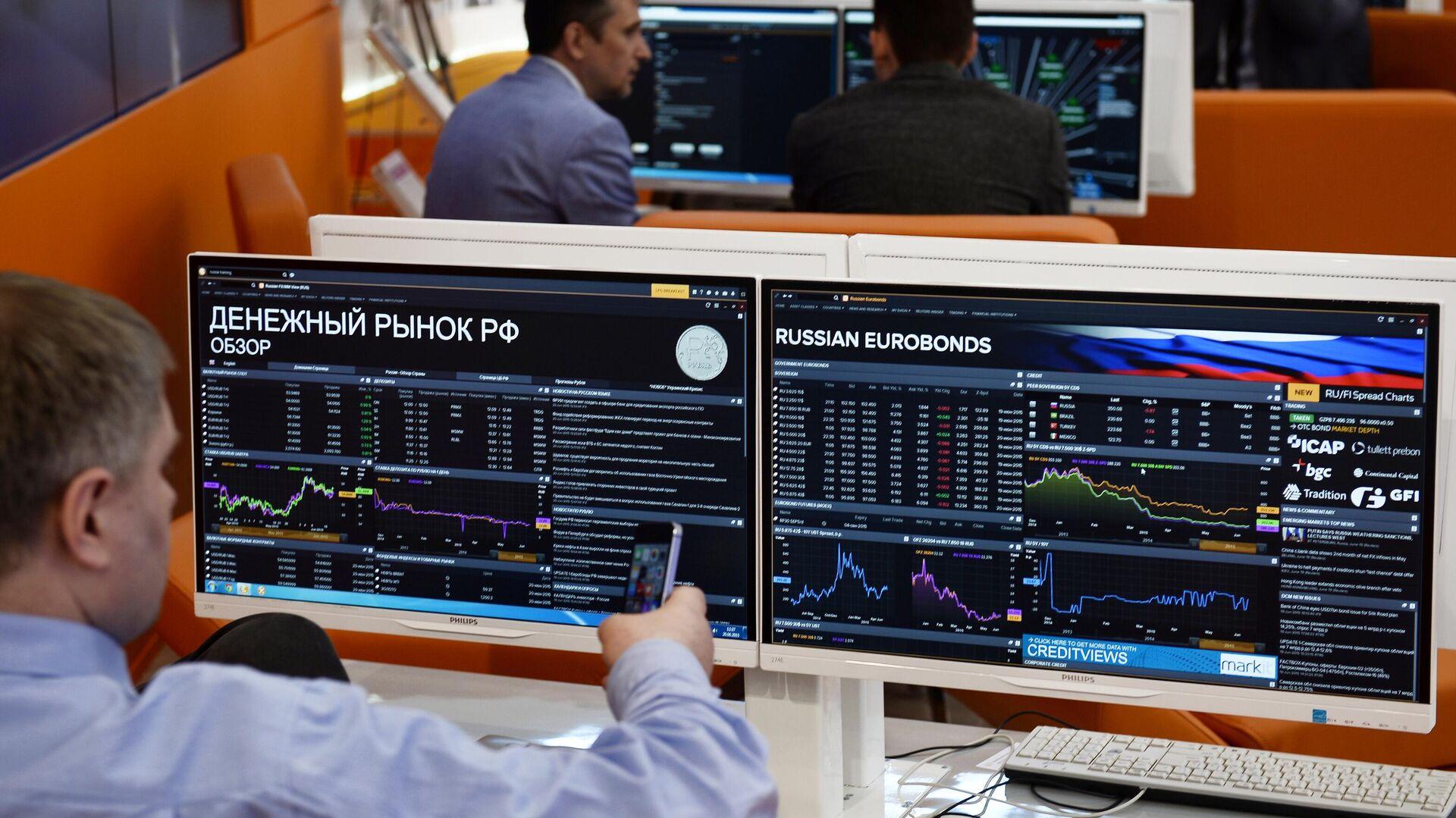 Мониторы с информацией о состоянии денежного рынка - РИА Новости, 1920, 12.09.2021