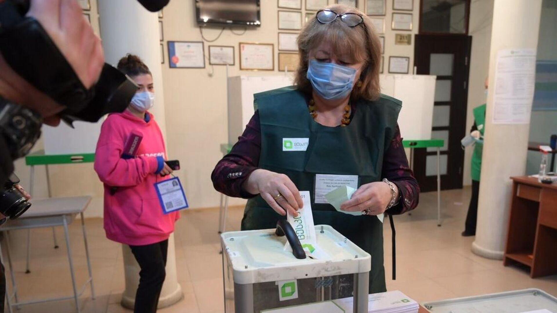 Женщина принимает участие в голосовании на парламентских выборах в Грузии на одном из избирательных участков в Тбилиси - РИА Новости, 1920, 01.11.2020