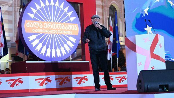Вахтанг Кикабидзе выступает на Акции сторонников Единого нацдвижения