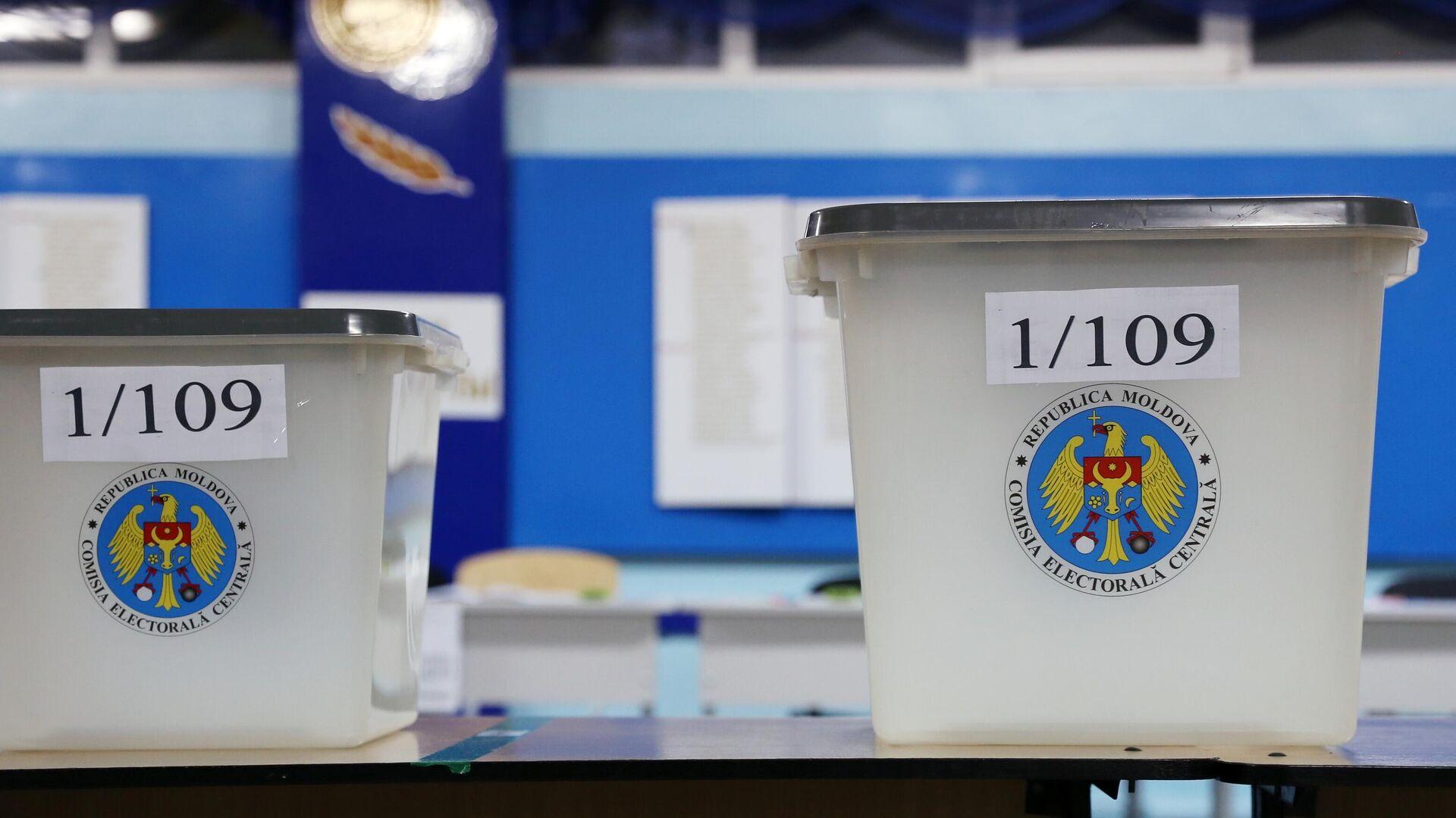Женщина голосует на всеобщих выборах президента Молдавии на одном из участков в Кишиневе - РИА Новости, 1920, 01.11.2020
