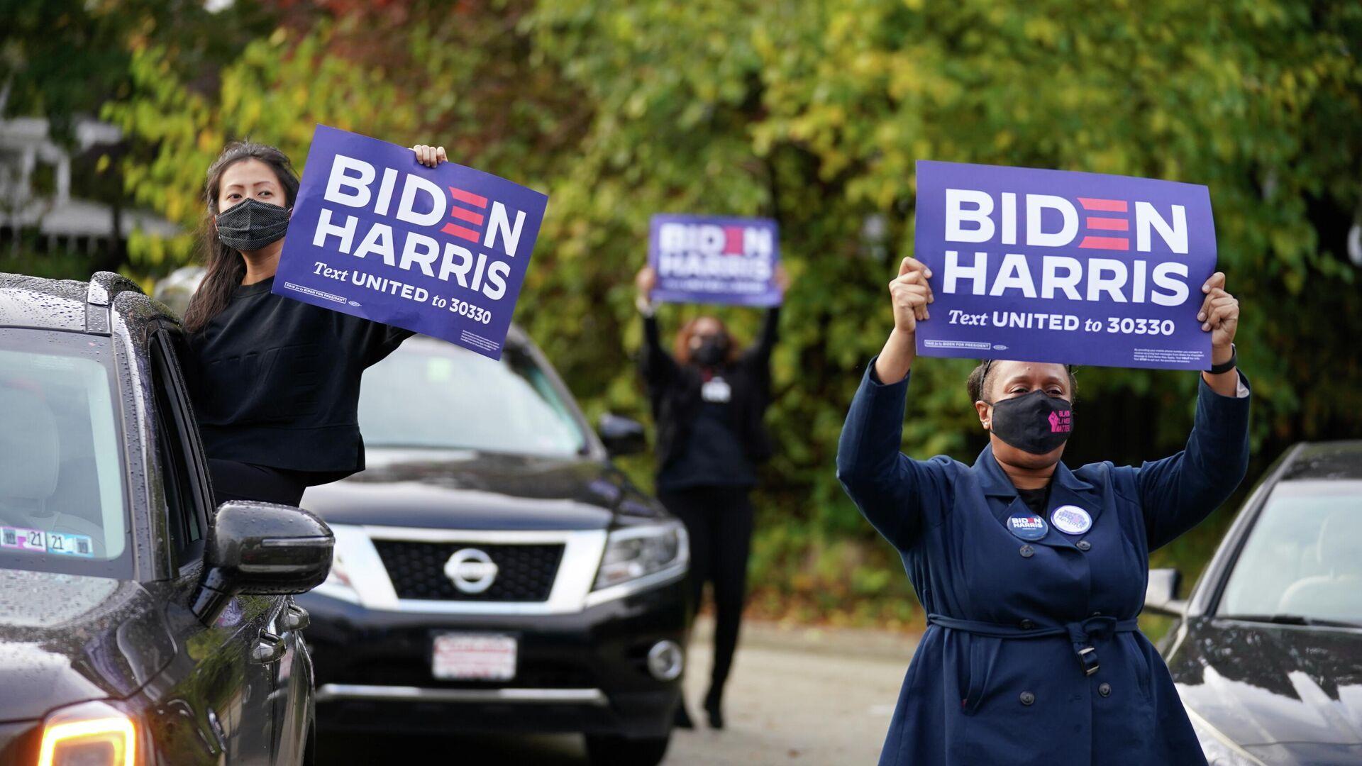 Сторонники Джо Байдена держат плакаты во время предвыборной кампании кандидата в президенты США в Филадельфии, штат Пенсильвания, США, 1 ноября 2020 года - РИА Новости, 1920, 02.11.2020
