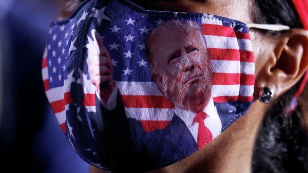 Сторонница президента США Дональда Трампа в маске на митинге в Опа-Локке, Флорида, США, 2 ноября 2020 года