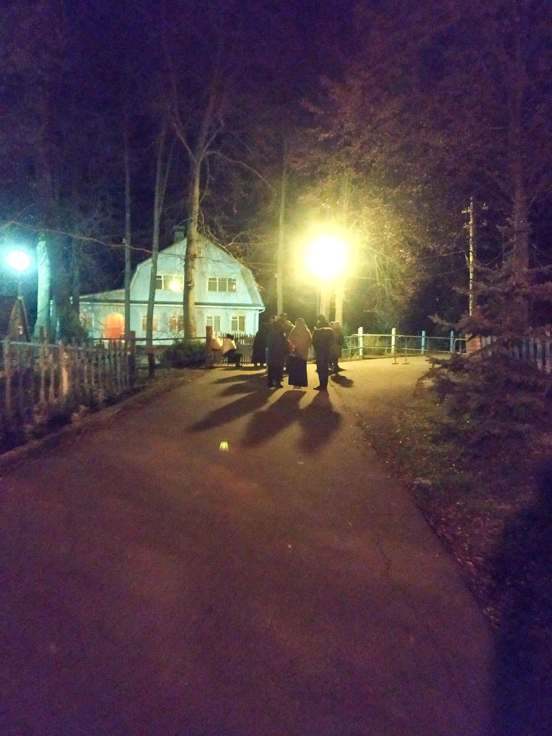 Паломники возле кельи запрещенного в служении схиархимандрита Иоанникия - РИА Новости, 1920, 02.11.2020