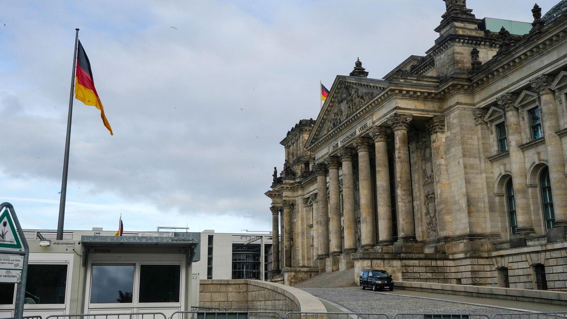 Пустая улица перед зданием Рейхстага в Берлине во время карантина, введенного в связи с коронавирусом - РИА Новости, 1920, 21.12.2020