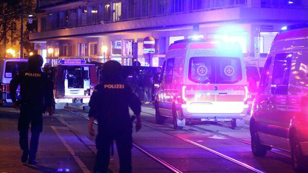 Машины скорой помощи на месте нападения в Вене