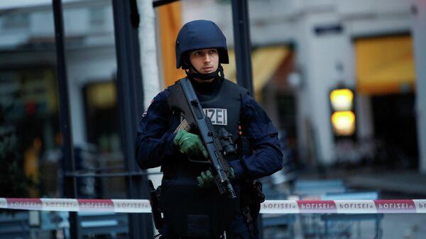 Сотрудник полиции Австрии на месте стрельбы в Вене