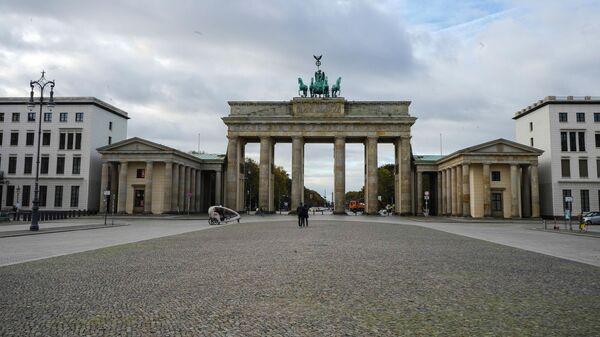 Пустая улица перед Бранденбургскими воротами в Берлине во время карантина, введенного в связи с коронавирусом
