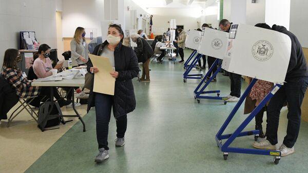 Избиратели во время голосования на выборах президента США на одном из избирательных участков в Нью-Йорке