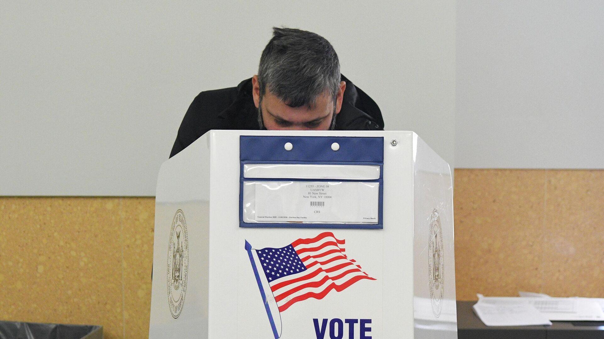 Избиратель во время голосования на выборах президента США - РИА Новости, 1920, 05.12.2020