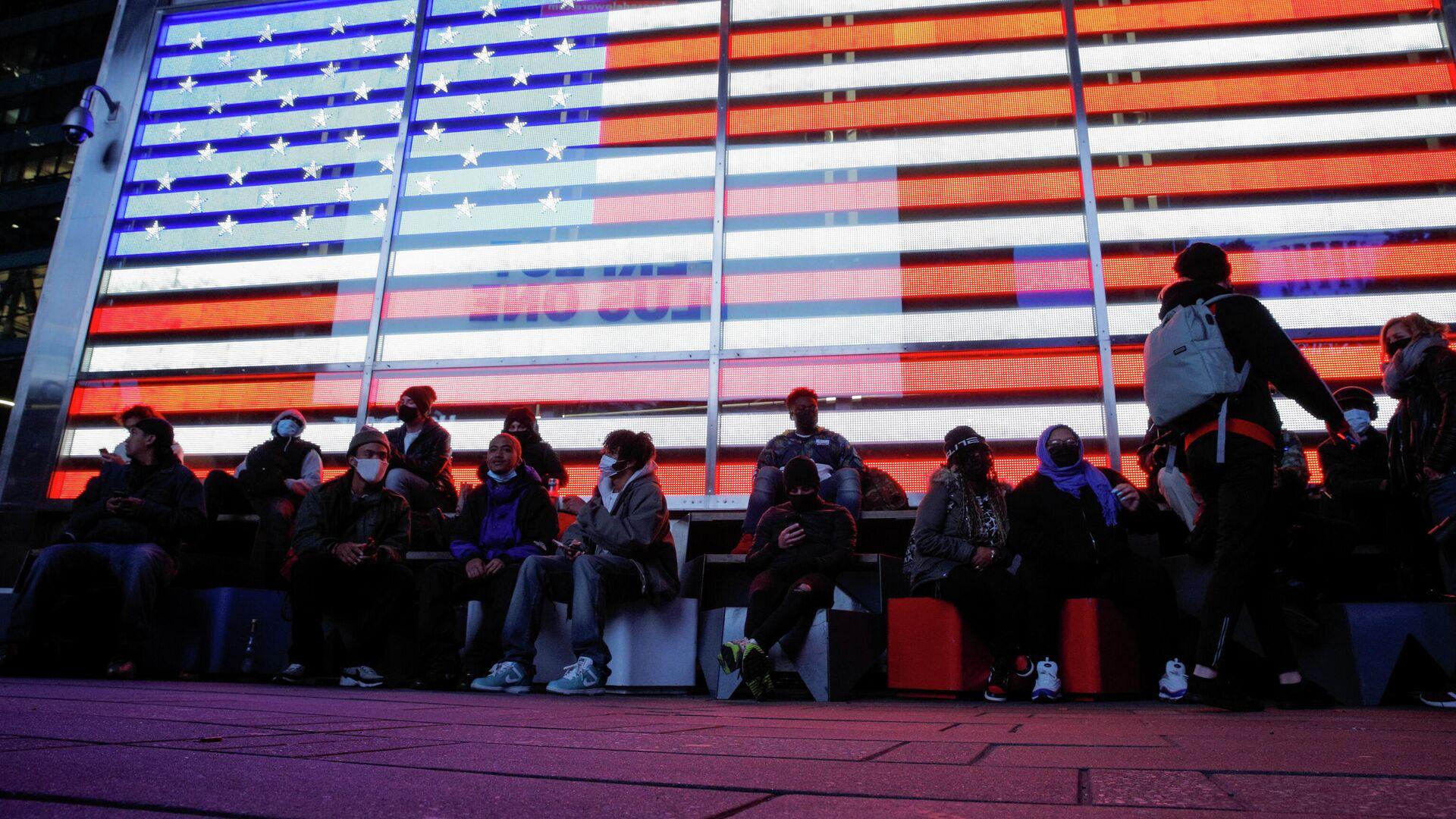 Люди наблюдают за подведением итогов голосования на президентских выборах в Нью-Йорке, США - РИА Новости, 1920, 04.11.2020