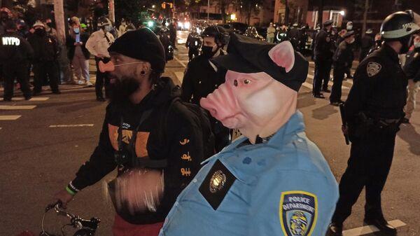Протестующие на улице Нью-Йорка в ночь подсчета голосов на выборах президента США