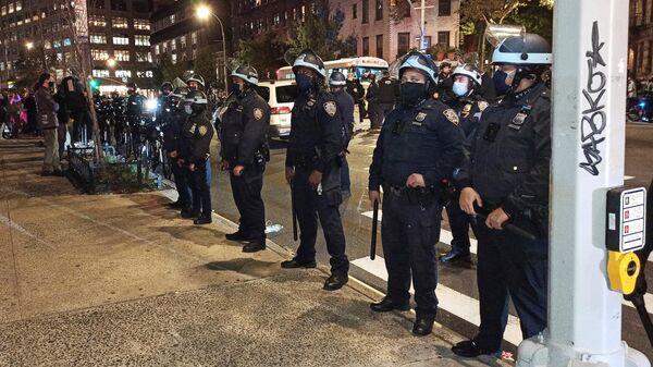 Сотрудники полиции на улице Нью-Йорка в ночь подсчета голосов на выборах президента США