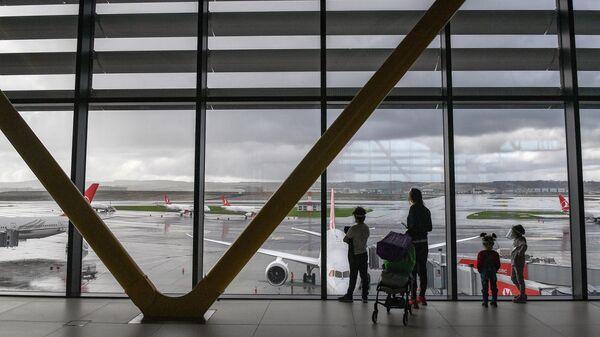 Пассажиры в Международном аэропорту Стамбул
