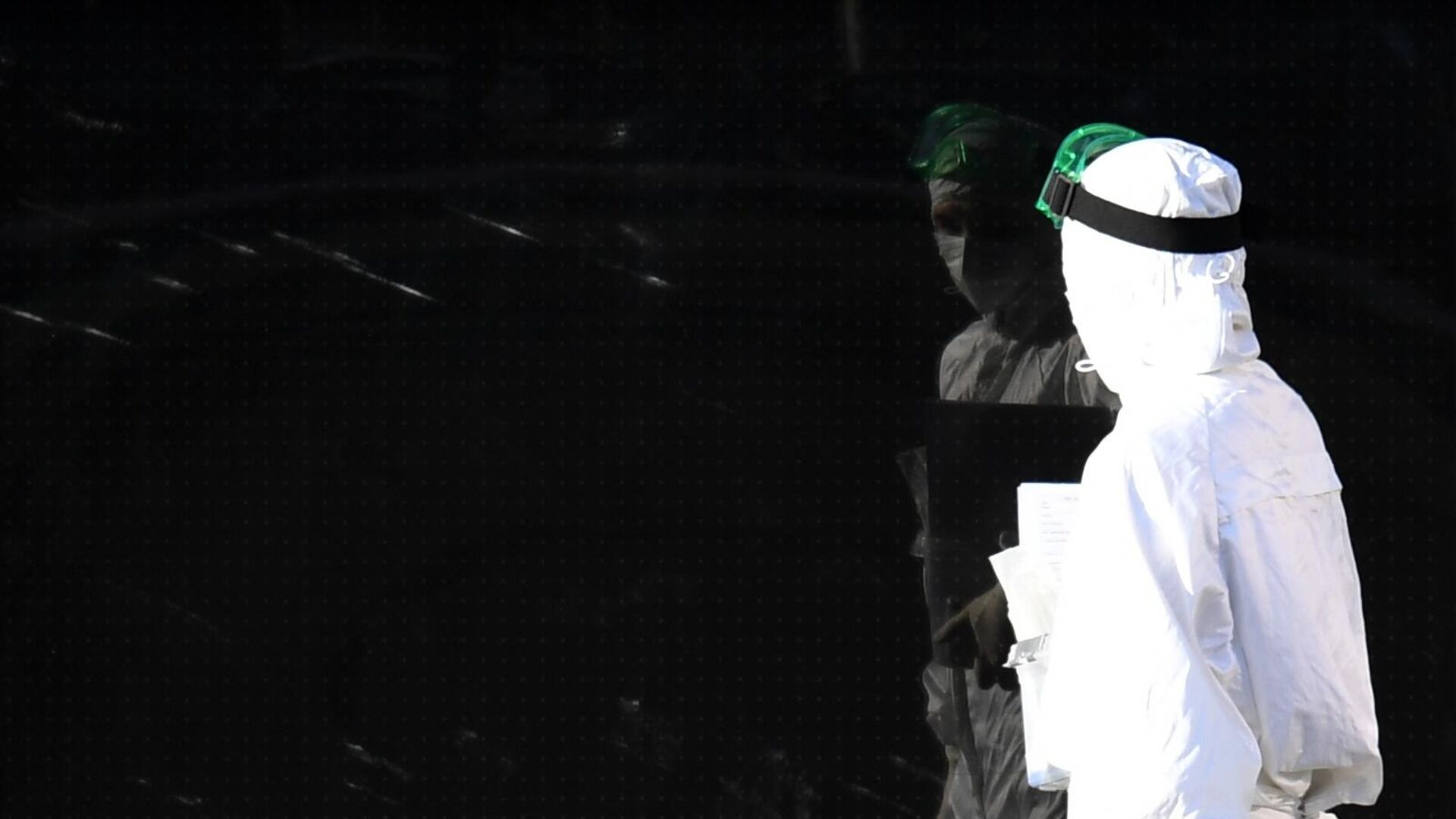 Медицинский работник на территории Республиканской клинической инфекционной больницы в Казани - РИА Новости, 1920, 22.11.2020