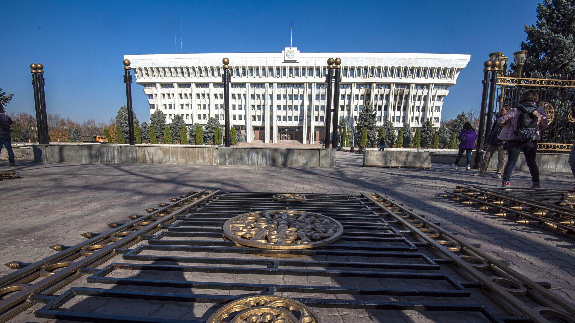 Демонтаж ограждений у здания парламента Киргизии в Бишкеке - РИА Новости, 1920, 09.11.2020