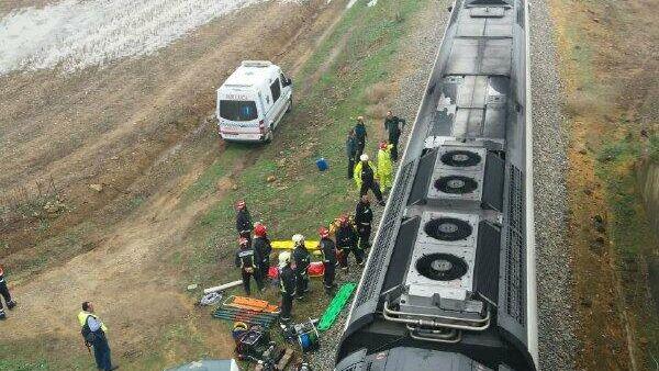 Поезд, сошедший с рельсов на юге Испании из-за дождей