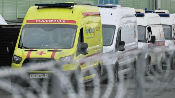 Очередь из автомобилей скорой медицинской помощи