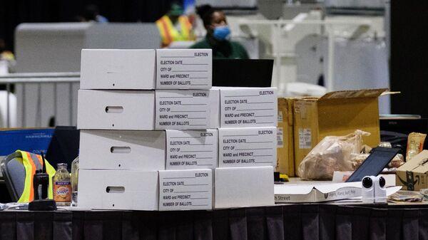 Бюллетени в коробках на столе внутри Конгресс-центра в Филадельфии, помещения которого используются для подсчета голосов на президентских выборах в США